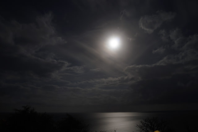 Wow, the full moon hangs over the bay