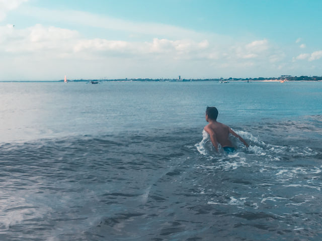 I like to go swim in the sea